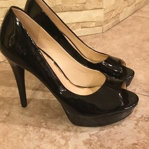 Jessica Simpson 7.5 patente leather peep hole pump